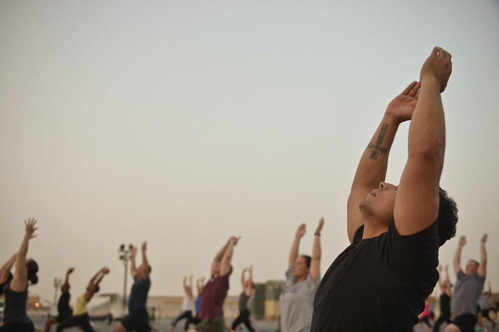 35. Übung zur Dehnung des Brustmuskels » Naturheilpraxis Pippir